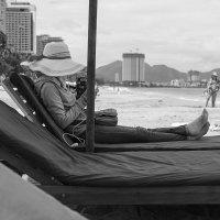 Пляж. Незнакомка в шляпе :: Олег