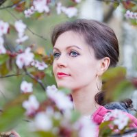 Портрет девушки в цветущем саду :: Ирина Гомозова