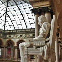 На верхней площадке Итальянской лестницы стоит скульптура А.Л. Штиглица работы М.М. Антокольского :: Елена Павлова (Смолова)