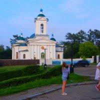Церковь у парка :: Юрий Николаев