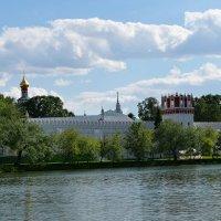 Вид на крепостную стену Новодевичьего монастыря :: Татьяна Помогалова