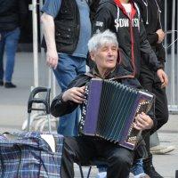Уличный музыкант. :: Oleg4618 Шутченко