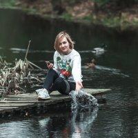 Девушка 'пруд 'утки и телефон :: Maksim Checck