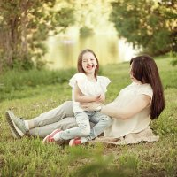 Прогулка мамы и дочки) :: Катерина Фомичева