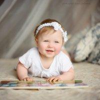 Малышка Ариша на кроватке читает книгу) :: Дарья Дядькина