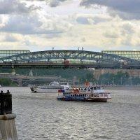 Стойка на руках на мосту... :: Anatoley Lunov