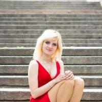 Девушка в красном платье сидит на лестнице :: Valentina Zaytseva