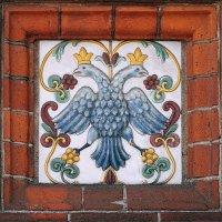 Традиционный ярославский изразец, на фасаде часовни Александра Невского :: Николай Белавин