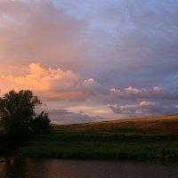 Вечер дивной облёк пеленой, мягко спутавшей летние краски ... :: Евгений Юрков