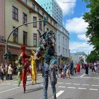Фестивальное шествие (серия). На ходулях с улыбкой :: Nina Yudicheva