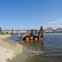 Замена простыней  на пляже в Днепре... :: Алекс Аро Аро