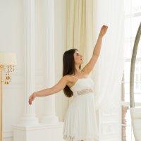Балерина в белом зале с колоннами :: Ирина Вайнбранд