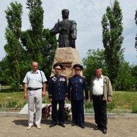 Возле памятника М.Зализняка :: Александр Степаненко