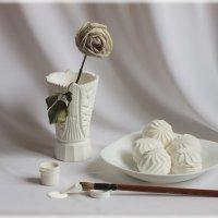 Белый натюрморт с увядшей розой. :: Алексей Мурыгин