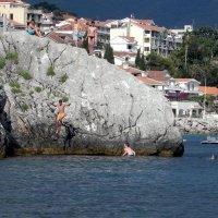 Мальчишки прыгали со скалы в море! :: Елизавета Успенская