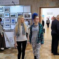 девочки-подружки на фото-выставке :: Олег Лукьянов