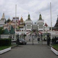 У ворот Измайловского Кремля :: Дмитрий Никитин