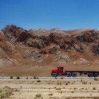 Пустыня,горя и тягач...Иран! :: Александр Вивчарик