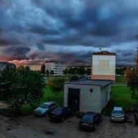Мой двор в цветах угрюмого июльского заката :: Анатолий Клепешнёв
