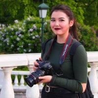 Девушка с фотоаппаратом. :: Александр Бабаев