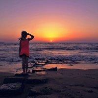 Девочка и море...(провожая закат) :: владимир
