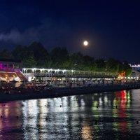 Луна над курортным городком :: Дмитрий