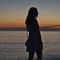Силуэт девушки на фоне морского заката :: Дмитрий