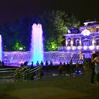 У фонтана-летний вечер :: Петр Заровнев