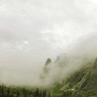 Ергаки, скала Орешек и озеро Радужное в дымке тумана :: Юлия Маркелова