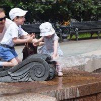 Фонтан - лучшее развлечение для детей. :: Татьяна Помогалова