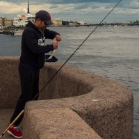 Питер! Рыба в Неве фсетаки есть! :: Юрий Плеханов