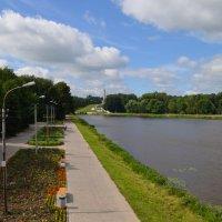 Великие Луки. Вид с центрального моста, вдали - Великолукская крепость... :: Владимир Павлов