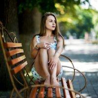 девушка на скамейке :: Валерий Чернышов
