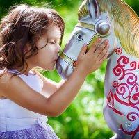 Виктория и карусельная лошадка :: Анастасия Костюкова