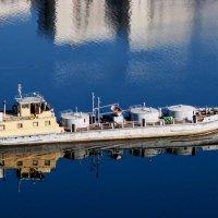 Речной танкер , парящий в небесах... :: Анатолий Колосов