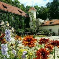 Цветы перед зАмком :: Galina Belugina