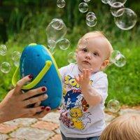Годовасик и волшебные пузыри. :: Наталья Путилина