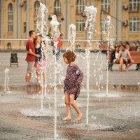 Девочка и фонтан :: Евгений Кожухов