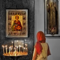 У иконы св. Пантелеймона :: Валентин Яруллин