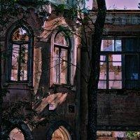 Старый дом давно ушел под снос. Съехали те люди, что здесь жили ... :: Евгений Юрков