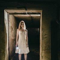 девушка с фонариком :: Max Flynt
