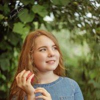 Девочка в саду :: Катерина Фомичева