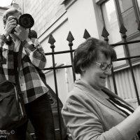 Студентка с фотофакультета в работе. :: Владимир Питерский