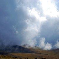 Вершина горы Карайман в облаках :: Nina Streapan