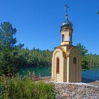 Часовня на берегу озера :: Анатолий Иргл