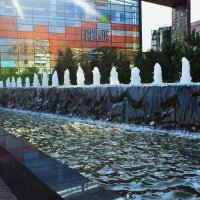 Сентябрь, солнышко днём пригревает, а фонтан охлаждает. :: Татьяна Помогалова