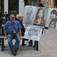 Уличный портретист в ожидании новой модели :: Александр Буянов