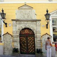 Портал здания Братства черноголовых с цветными дверьми (1640 г.) :: Елена Павлова (Смолова)