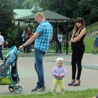 Папа отключи  смартфон! У  тебя  рядом дочурка и  роскошная  жена! :: Виталий Селиванов