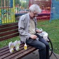 А это Анатолий! Он делает красивых лебедей в технике оригами! :: Ольга Кривых